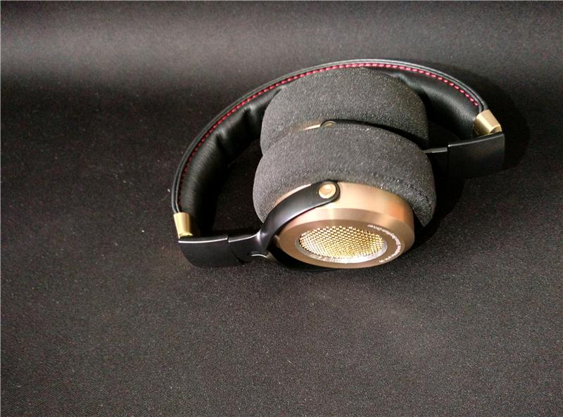 ▲耳机的设计为可折叠式,方便携带也方便收纳,既节约空间又不失美